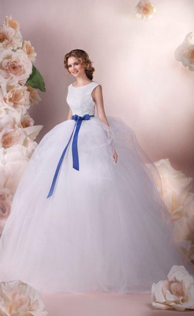 Торжественное свадебное платье с воздушным подолом и округлым вырезом декольте.