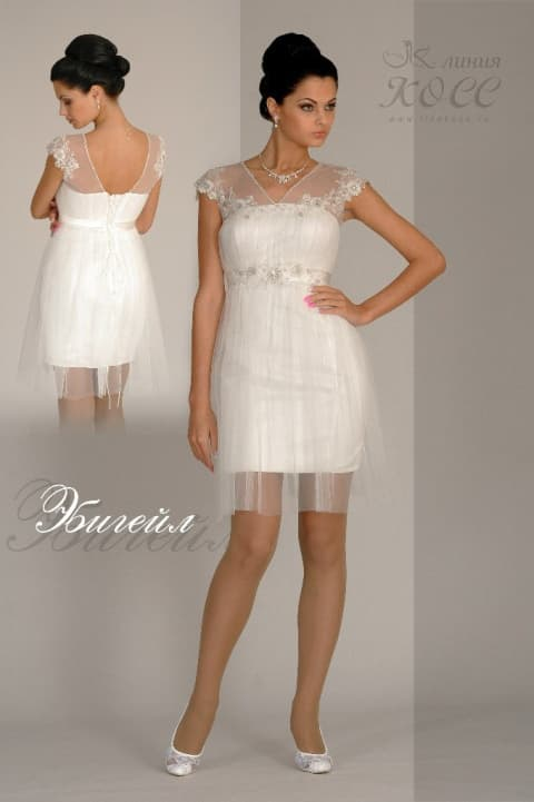 Короткое свадебно платье с завышенной талией и декором из кружева.