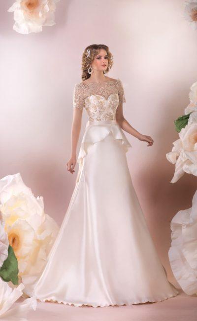 Атласное свадебное платье с роскошной баской и короткими кружевными рукавами.