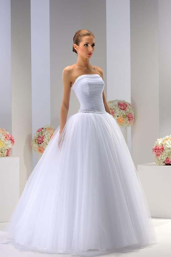 Пышное свадебное платье с открытым декольте прямого кроя, с юбкой из тюльмарина.