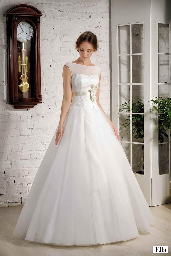Пышное свадебное платье с завышенной талией, выделенной кремовым поясом из атласа.