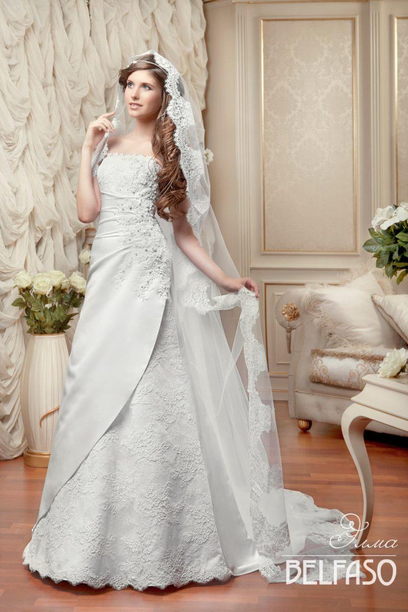 Открытое свадебное платье с лифом прямого кроя, фактурным кружевом и драпировками.