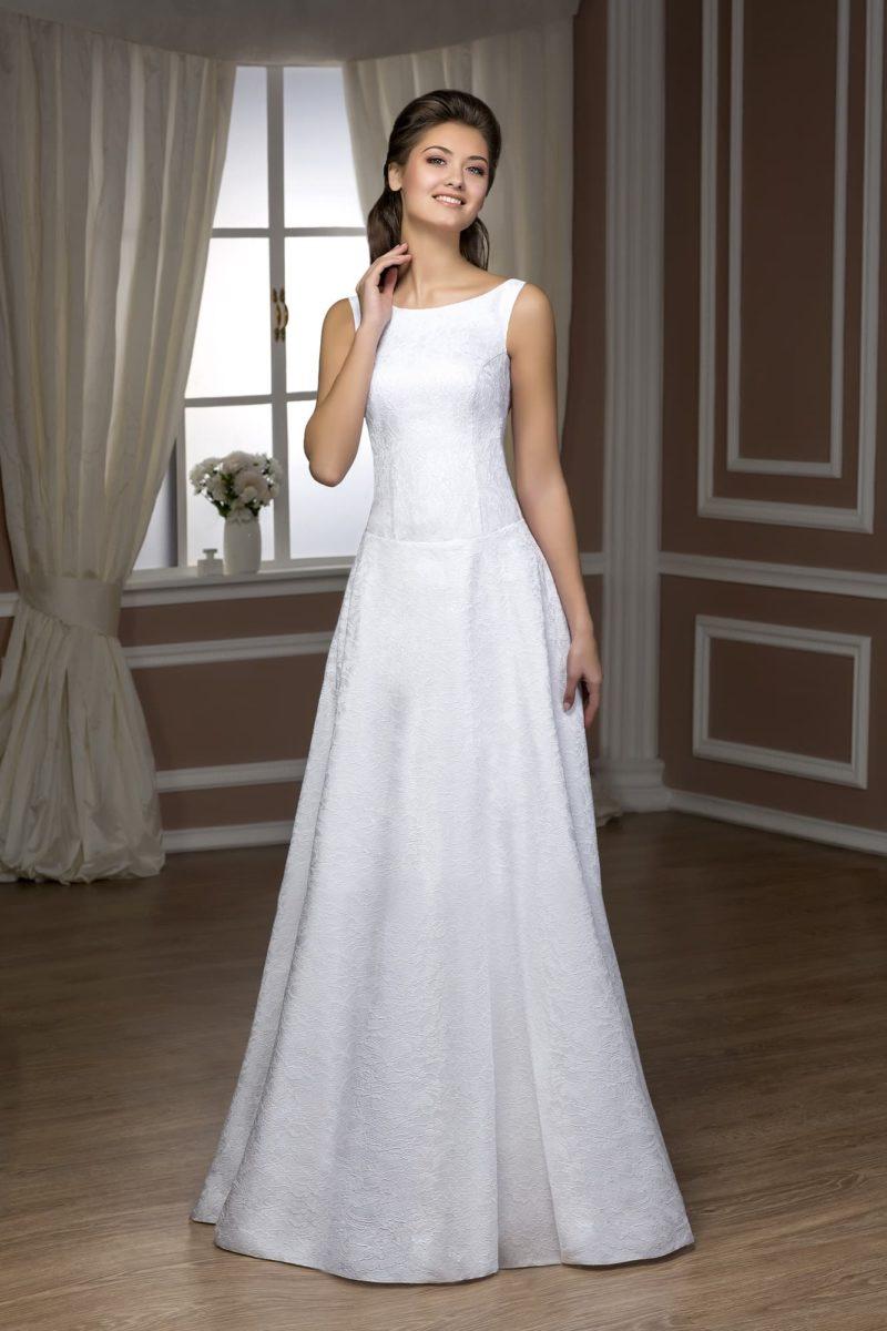Элегантное свадебное платье с декольте бато и открытой спинкой, украшенное кружевом.
