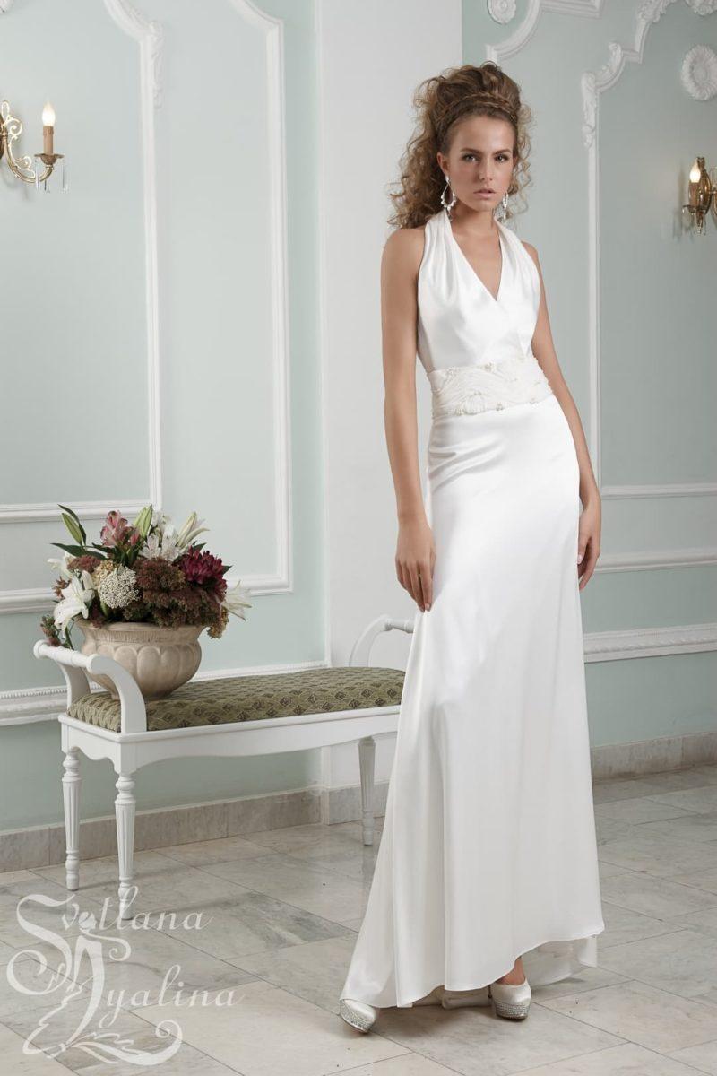 Лаконичное свадебное платье из атласной ткани с небольшим V-образным вырезом.