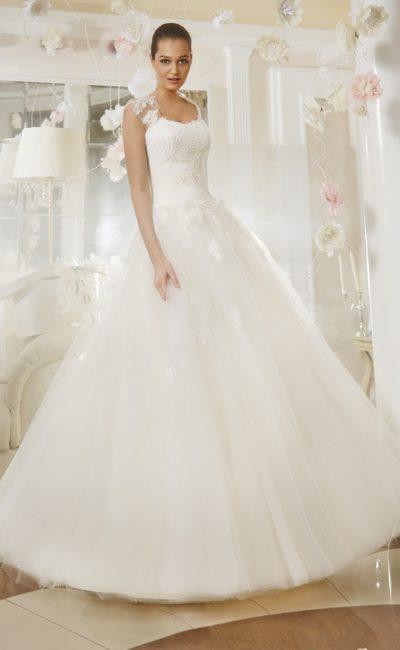 Свадебное платье с кружевным открытым корсетом и роскошной многослойной юбкой.