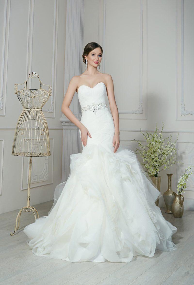 Стильное свадебное платье «русалка» с открытым лифом и оборками по нижней части подола.