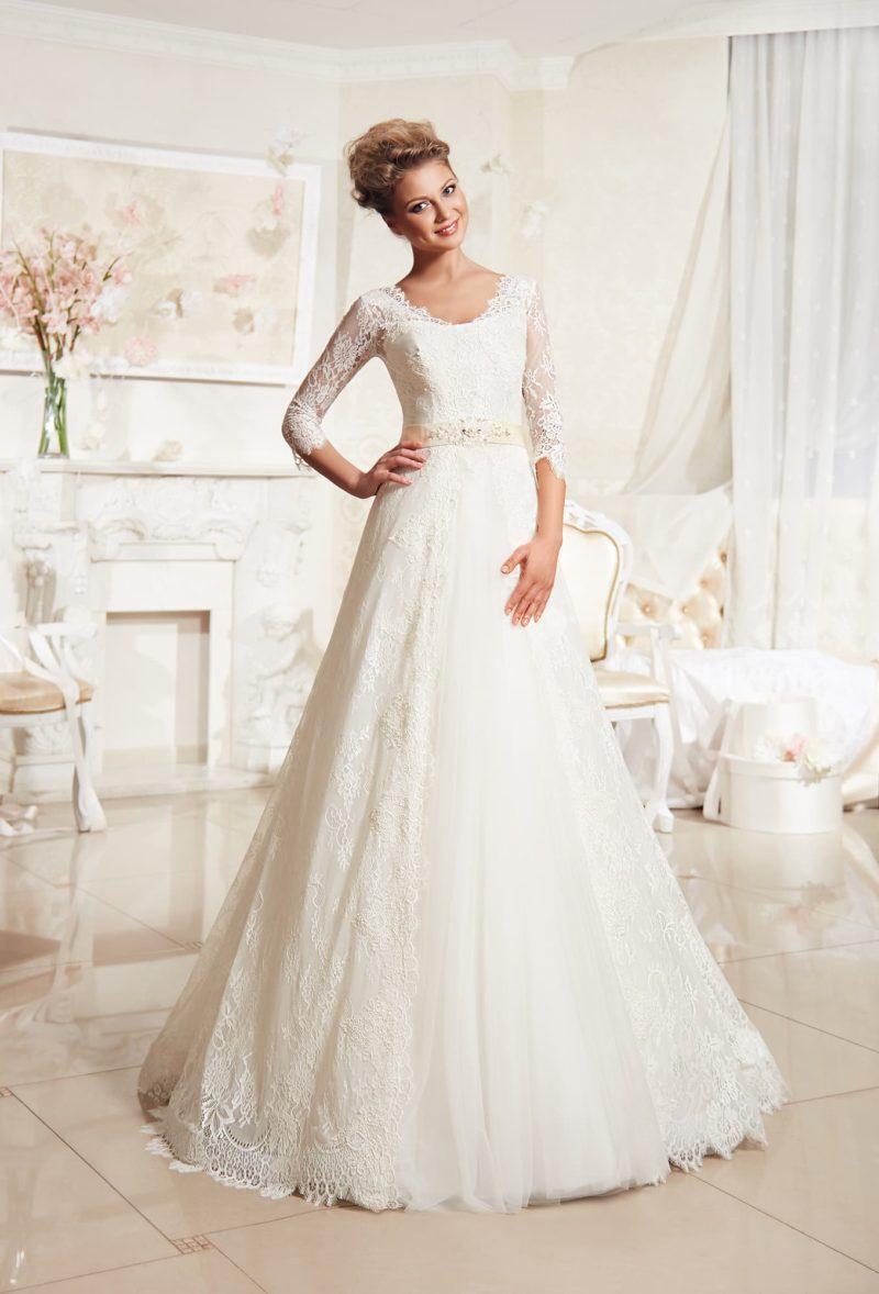Кружевное свадебное платье «принцесса» с округлым вырезом и длинными рукавами.