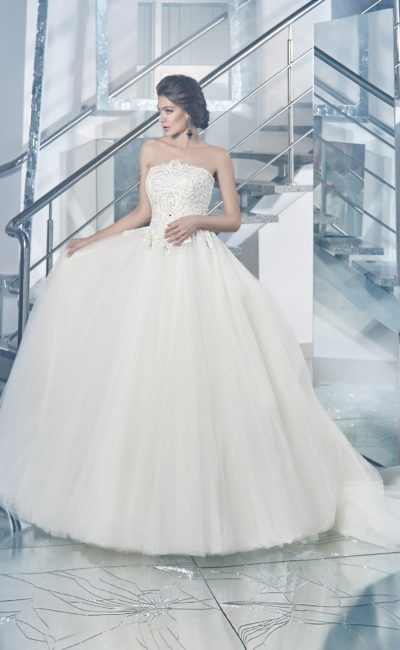 Пышное свадебное платье с кружевным корсетом и болеро, стильно дополняющим открытый лиф.