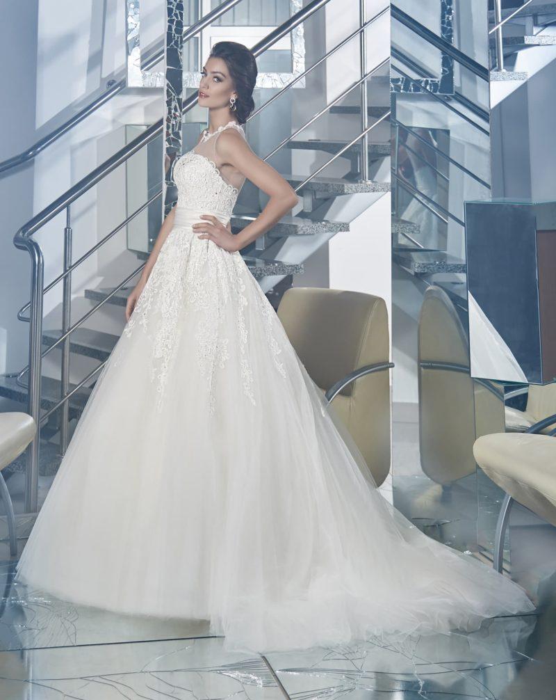 Кружевное свадебное платье с широким поясом и полупрозрачным декором лифа с американской проймой.
