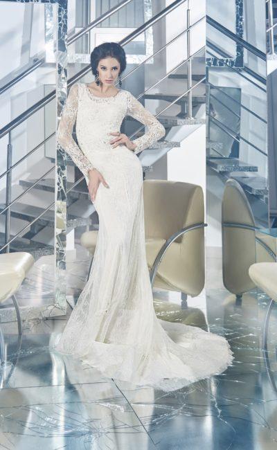 Прямое свадебное платье с округлым декольте и длинными кружевными рукавами.