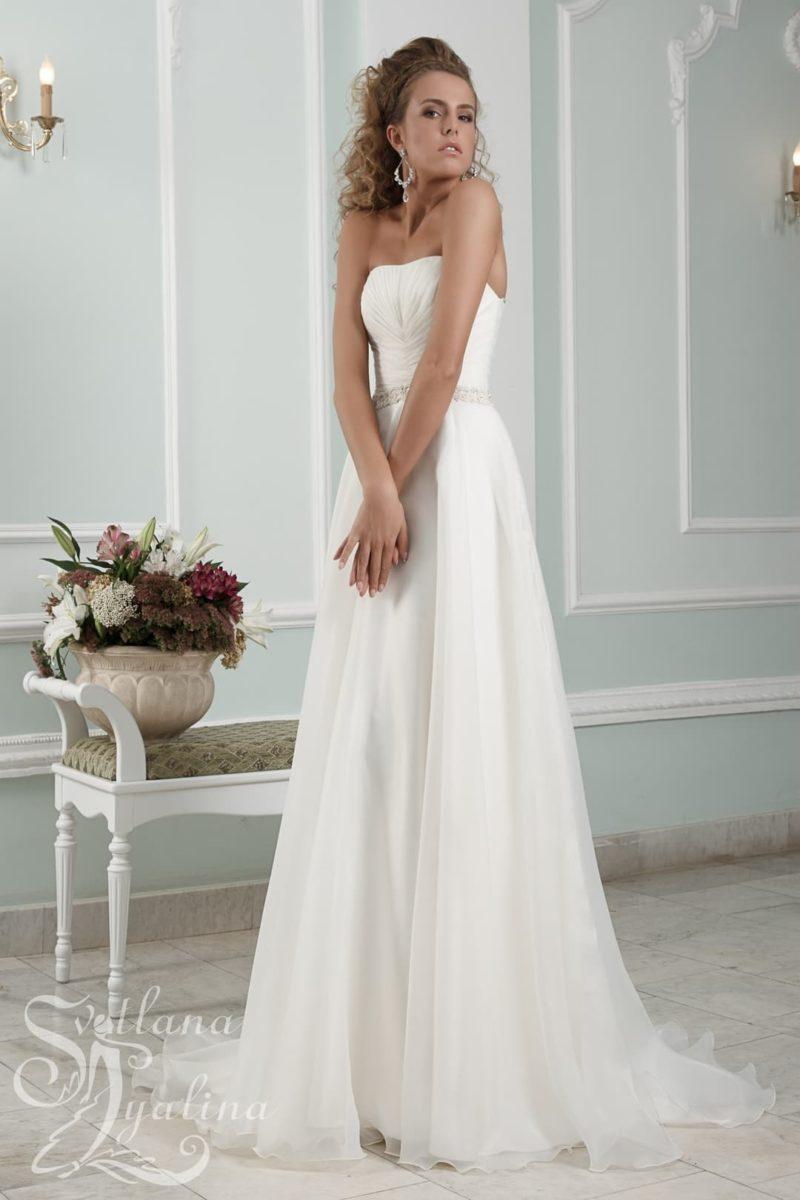 Открытое свадебное платье «принцесса» с узким сверкающим поясом на талии.