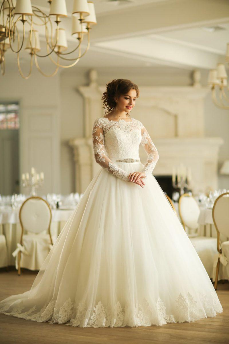 Романтичное свадебное платье с пышной юбкой и длинными полупрозрачными рукавами из кружева.