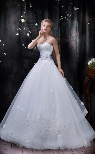 Свадебное платье с кружевной отделкой корсета, объемной юбкой и цветным поясом на талии.