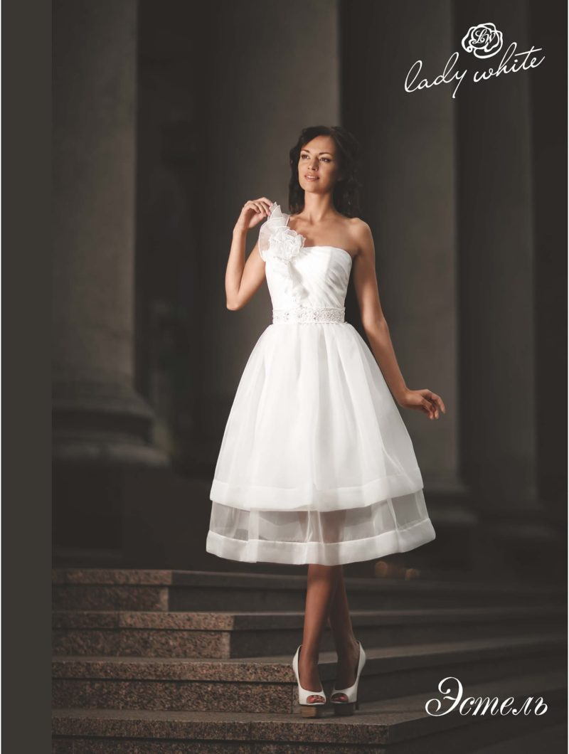 Свадебное платье с двухслойной юбкой и асимметричным верхом.