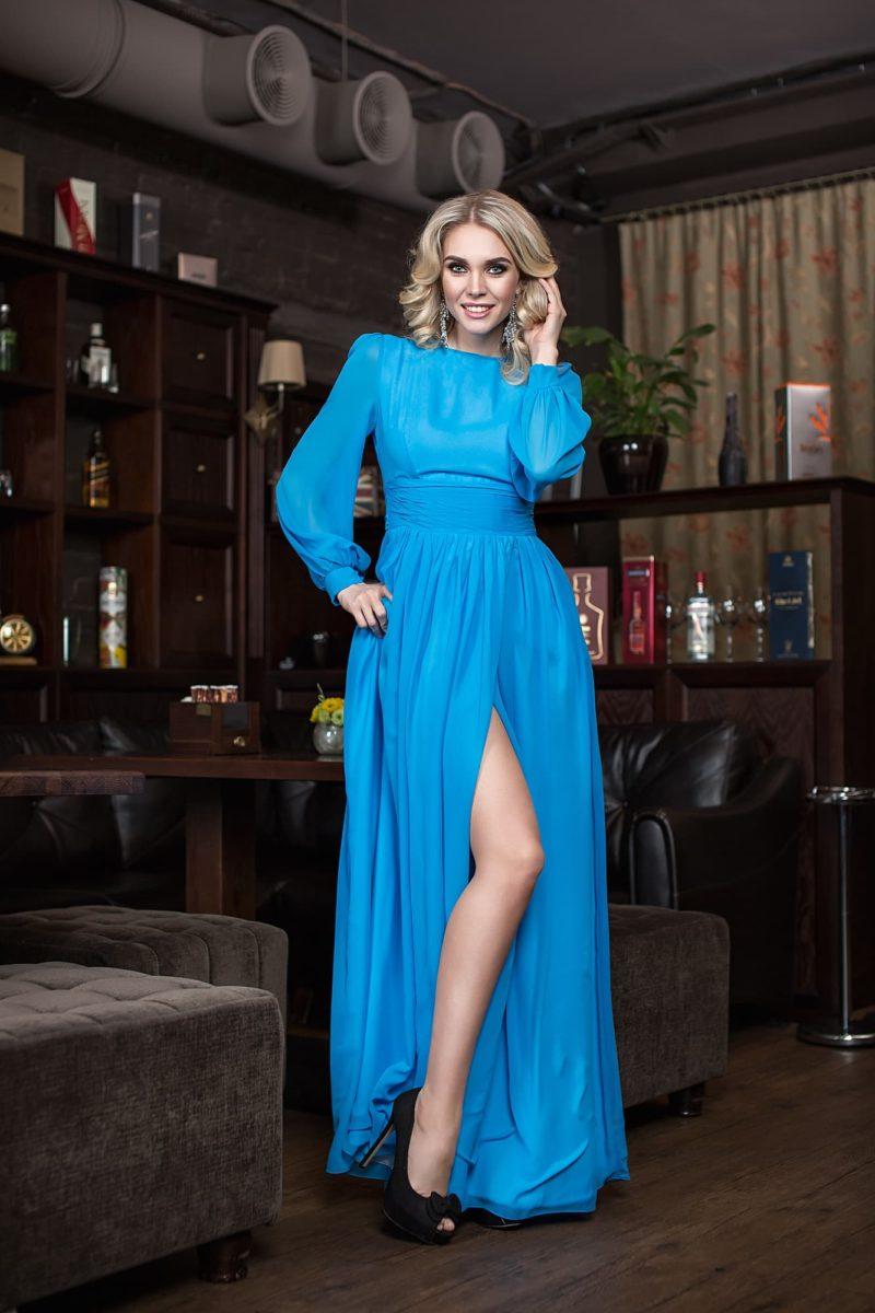 Прямое вечернее платье с закрытым лифом и вырезом сбоку на юбке.