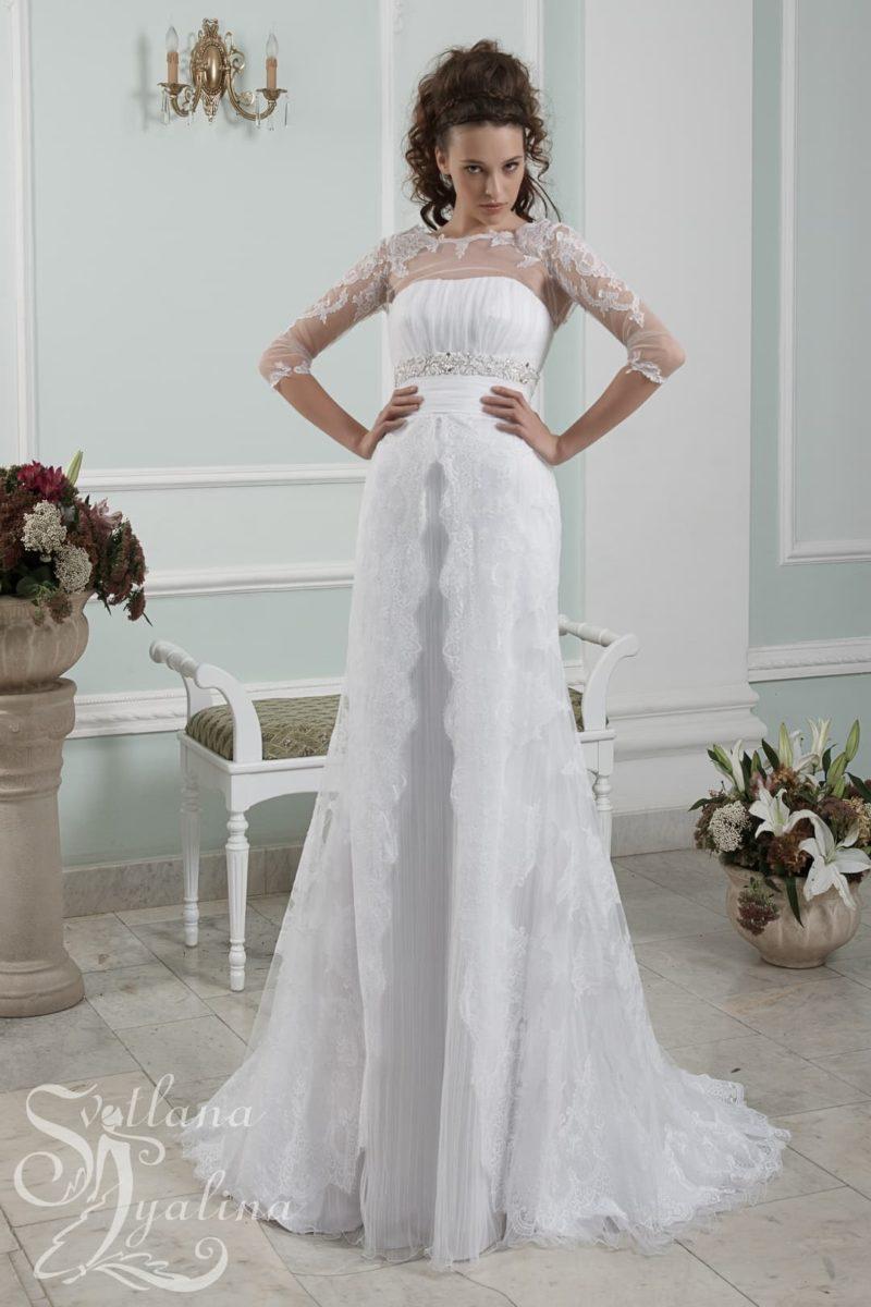 Кружевное свадебное платье прямого кроя с длинными облегающими рукавами.