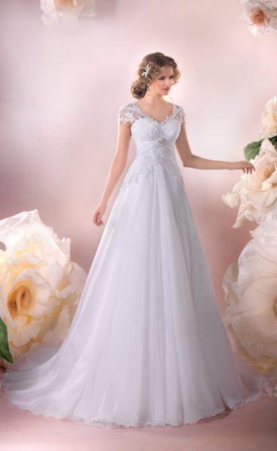 Кружевное свадебное платье с элегантными короткими рукавами и объемной многослойной юбкой.