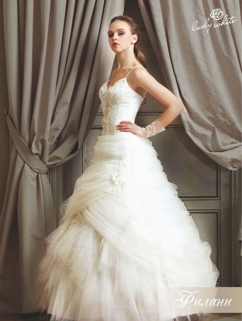 Эффектное свадебное платье с пышными оборками.