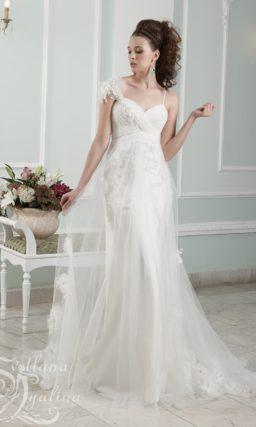 Прямое свадебное платье с лифом в форме сердца и кружевной отделкой.