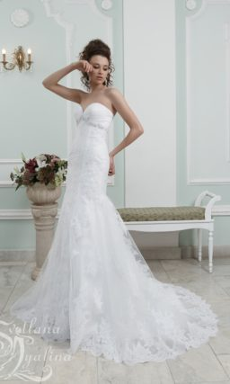 Открытое свадебное платье с силуэтом «русалка» и кружевным декором.
