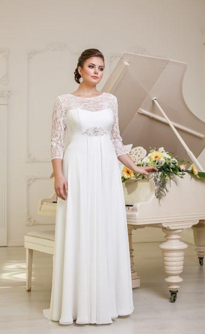 Прямое свадебное платье с деликатным вырезом, укрытым плотным слоем кружевной ткани.