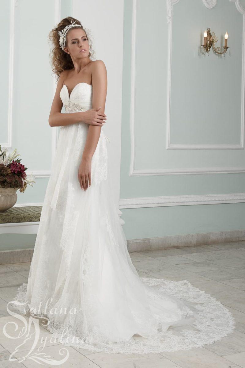 Романтичное свадебное платье с глубоким вырезом в форме сердца.