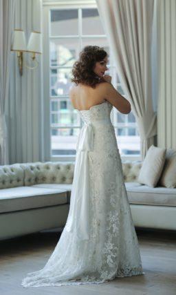 Женственное свадебное платье прямого кроя с кружевной отделкой и лаконичным открытым декольте.