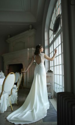 Прямое свадебное платье с головокружительным шлейфом и закрытым кружевным верхом.