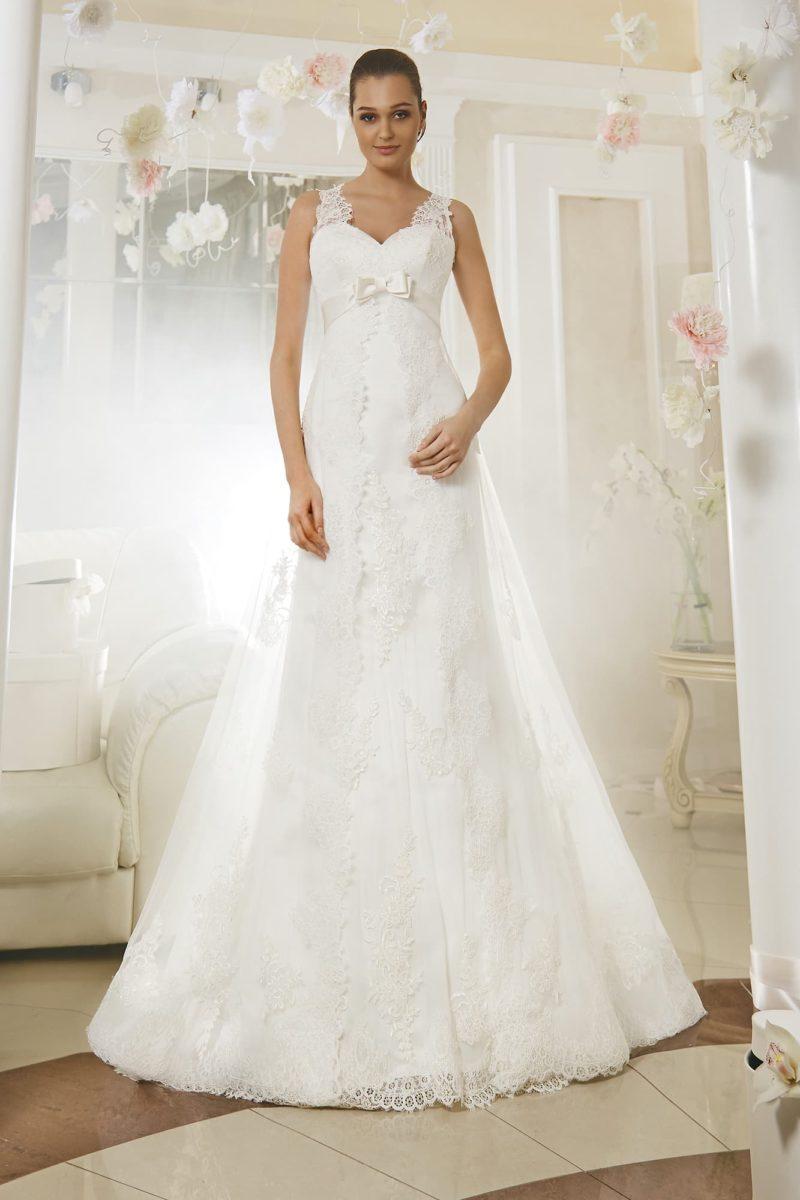 Свадебное платье элегантного кроя с кружевным вырезом на спинке и прозрачным верхом подола.