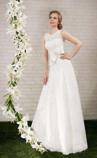 Кружевное свадебное платье с округлым вырезом и романтичным бантом на талии.