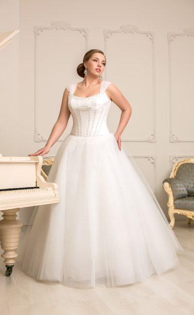 Торжественное свадебное платье с широкими бретельками и бисерной вышивкой по корсету.