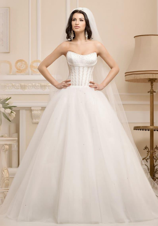 Стильное свадебное платье пышного кроя с открытым лифом атласного корсета, украшенного вышивкой.