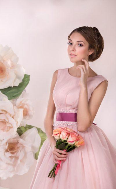 Нежное свадебное платье розового цвета с пышным силуэтом и широким поясом более насыщенного оттенка.