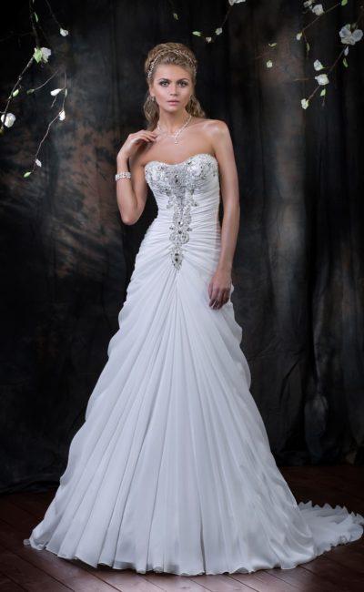 Стильное свадебное платье с драпировками по корсету с открытым лифом и изящным шлейфом.