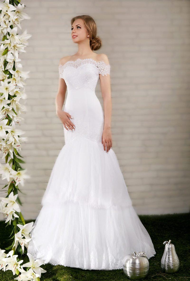 Свадебное платье «русалка» с широкими кружевными бретелями на предплечьях и портретным вырезом.