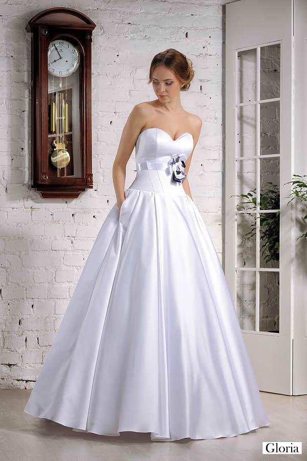 Атласное свадебное платье со скрытыми карманами в пышной юбке и бутоном на корсете.