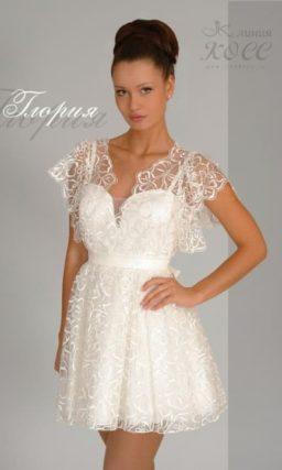Короткое свадебное платье с пышным кружевным рукавом с оборками.
