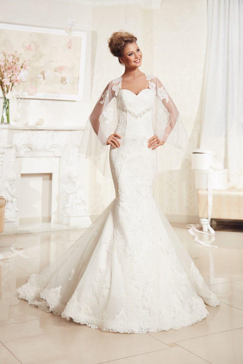 Открытое свадебное платье «русалка», украшенное кружевом и дополненное прозрачным болеро.