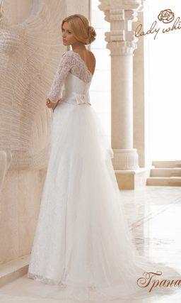Прямое свадебное платье с асимметричным кружевным лифом.