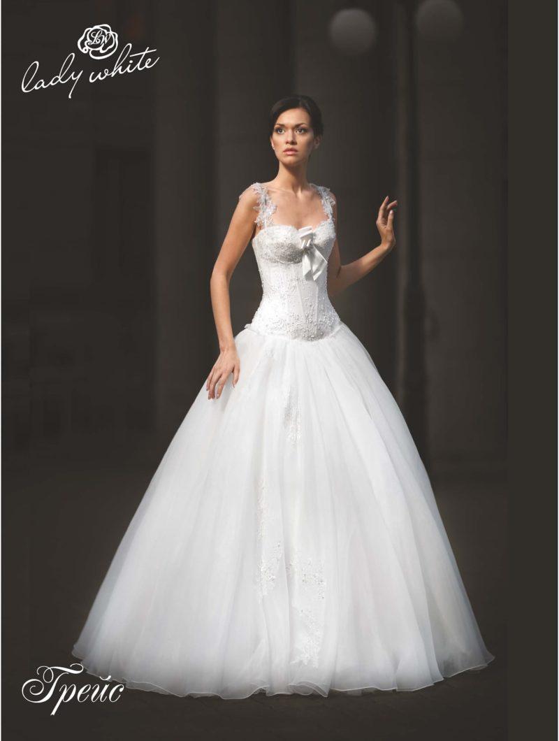Пышное свадебное платье с атласным бантом на лифе.