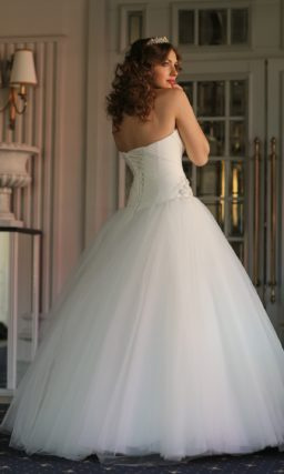 Классическое свадебное платье пышного торжественного кроя с элегантным открытым декольте.