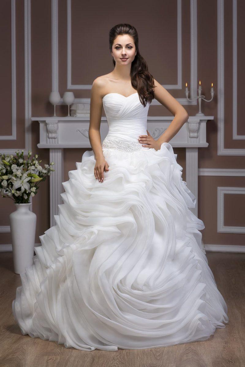Открытое свадебное платье с драпировками на корсете с лифом-сердечком и роскошной пышной юбкой.