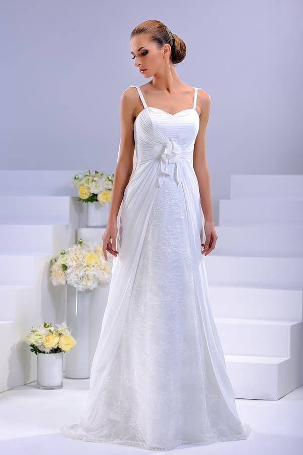 Прямое свадебное платье с узкими бретелями с аппликациями и оборками на талии.