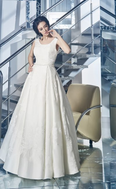 Атласное свадебное платье с округлым декольте, широкими бретелями и узкими бретельками.