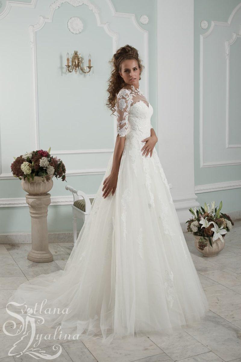 Свадебное платье «принцесса» с аппликациями по верху и рукавам.