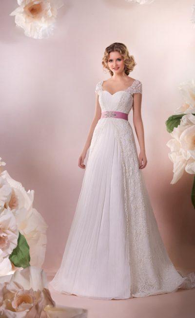 Изысканное свадебное платье с короткими кружевными рукавами и розовым атласным поясом.