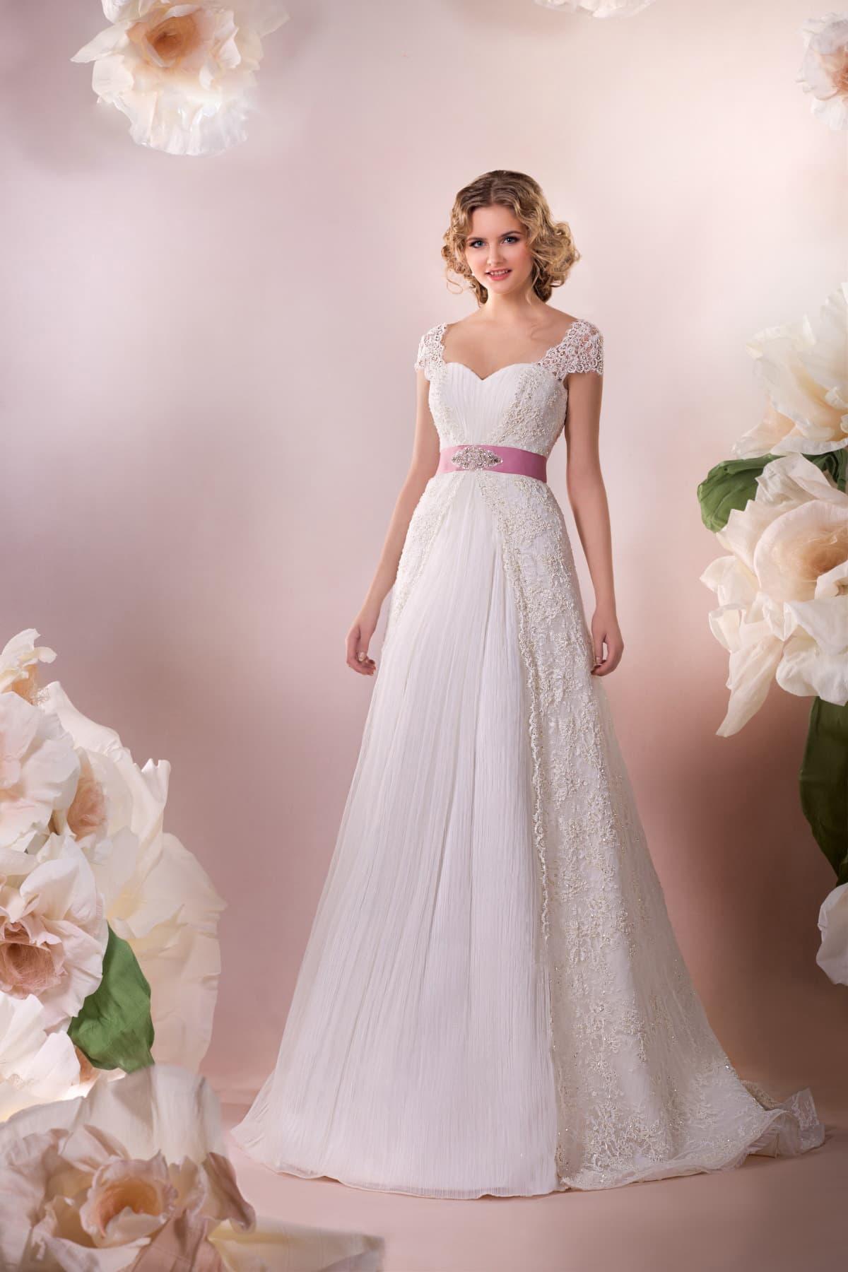 356de2533a9 Изысканное свадебное платье с короткими кружевными рукавами и розовым  атласным поясом.