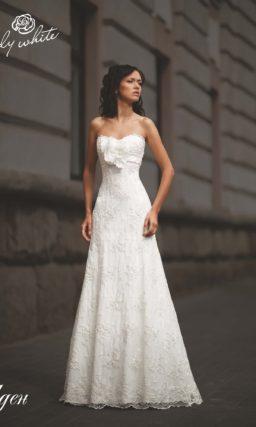 Свадебное платье А-силуэта с завышенной талией и лифом-сердечком.