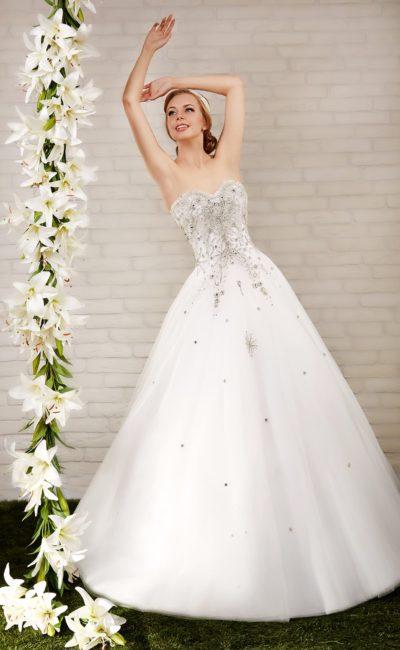 Великолепное свадебное платье с многослойным пышным низом и расшитым серебристым бисером корсетом.