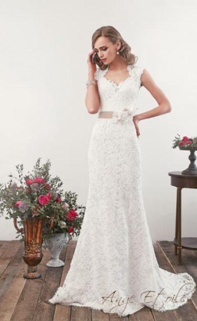 Кружевное свадебное платье «рыбка» с вырезом на спине и цветным поясом.